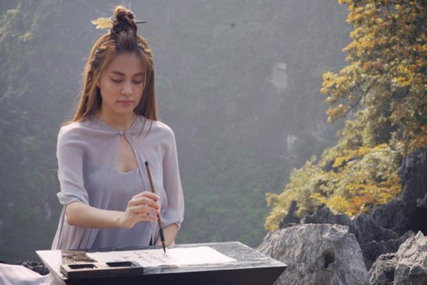 """Khoảnh khắc Hoàng Thuỳ Linh để mặt mộc, búi tóc cao viết thư pháp khiến fan không khỏi """"xuýt xoa""""."""