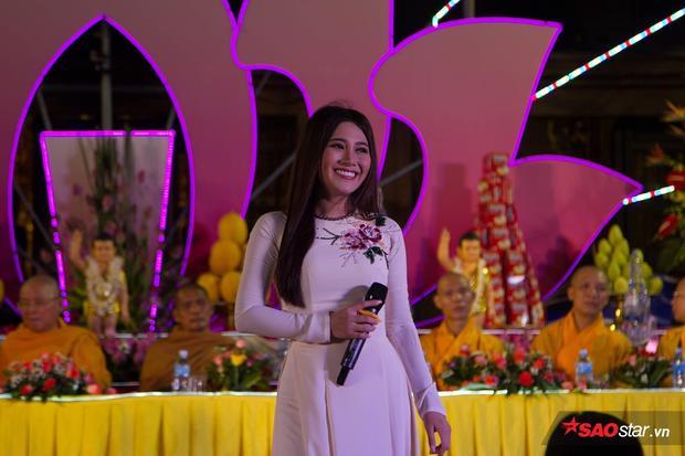 Ca sĩ hát tại lễ Phật đản cũng gây chú ý vì ngoại hình ưa nhìn.