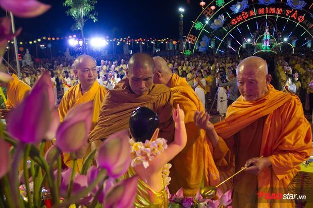 Sau khi niệm kinh, họ làm lễ tắm Phật.