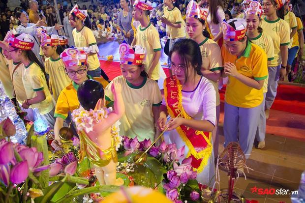 Mọi người xếp hàng chờ làm lễ tắm Phật.