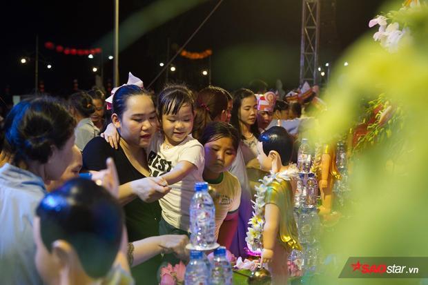 Nhiều người đem theo cả con nhỏ đến dự lễ Phật đản.