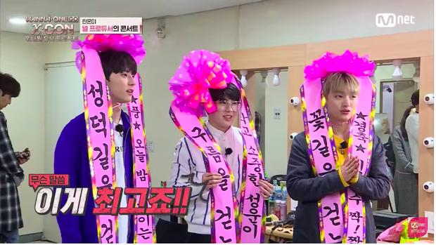 Mũ bị lệch rồi kìa Sung Woon ơi.
