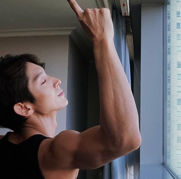 Cơ tay của Lee Jun Ki.