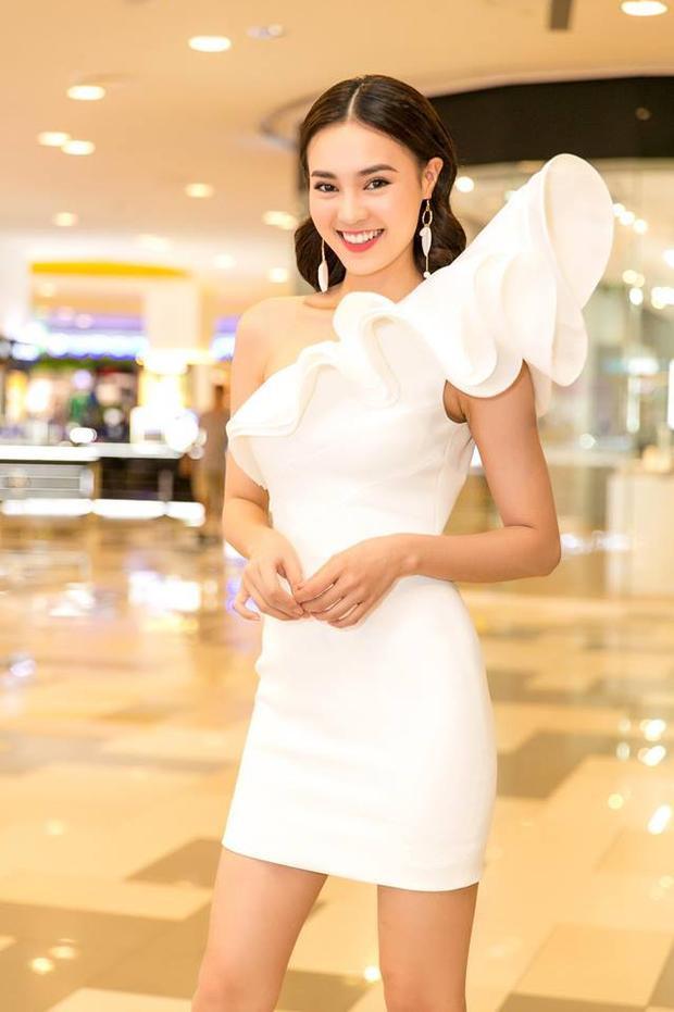 Bớt màu mè hơn, Ninh Dương Lan Ngọc thường chọn đồ màu trắng để đi sự kiện. Cô nàng diện đầm lệch vai trắng cực kỳ quyên rũ.