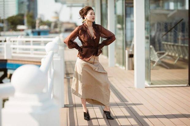 Kết hợp chuyển màu ngọt ngào từ nâu đậm sang beige, Ninh Dương Lan Ngọc quả là không còn ngây ngô với thời trang nữa rồi.