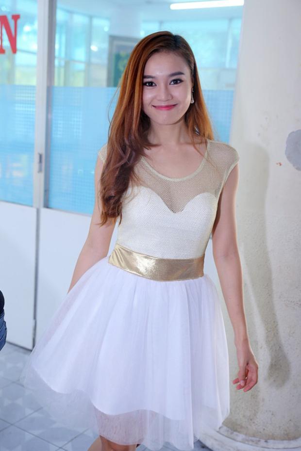 Tiến bộ hơn một chút thì cô diện váy trắng đáp ren nhưng nhìn vẫn chưa thể đạt đến mức độ đẹp.