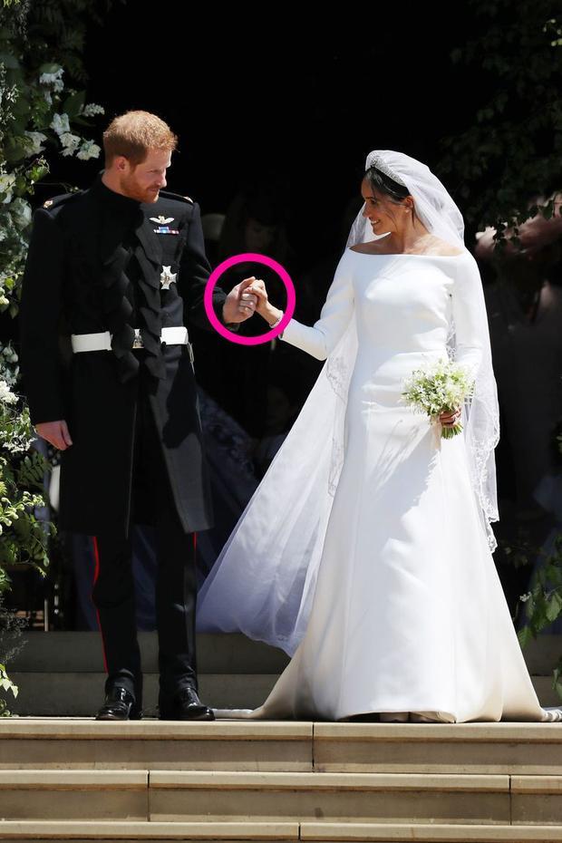 Harry và vợ Meghan nắm tay bước khỏi nhà nguyện. Ảnh: Getty