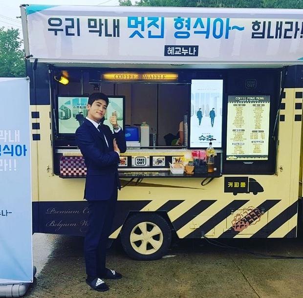 Park Hyung Sik cảm ơn Song Hye Kyo Noona xinh đẹp bất ngờ gửi xe đồ ăn đến phim trường Suits