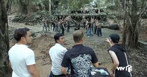 Phim mở đầu bằng cảnh đánh lộn, xô xát giữa các băng nhóm.