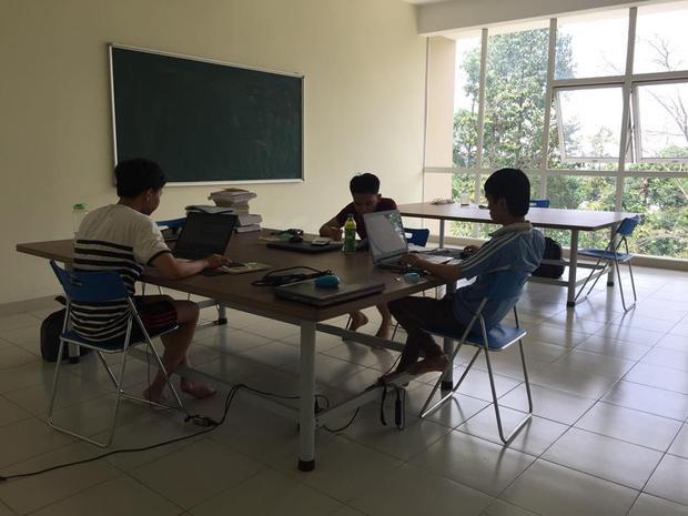 Phòng tự học có không gian thoáng đãng, yên tĩnh, giúp các bạn sinh viên tập trung học hành.