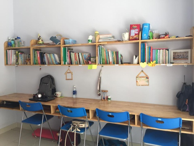 Kệ sách, bàn ghế được KTX trang bị sẵn cho các bạn sinh viên.
