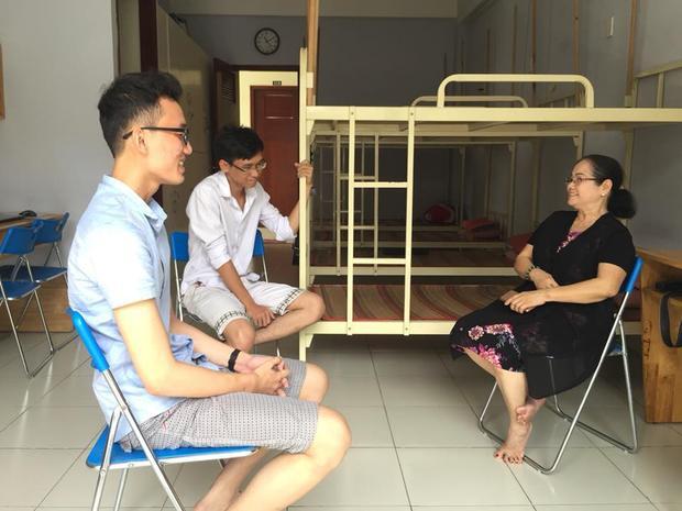 Cô Nguyễn Thị Huệ (Ban quản lí KTX Cỏ May) trò chuyện cùng sinh viên.