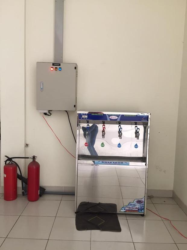 Máy lọc nước được đặt ở dãy hành lang mỗi tầng. Các bạn có thể uống nước lạnh, nước nóng, nước mát tùy ý.