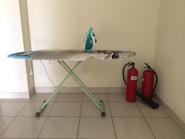 Cũng tại mỗi dãy hành lang, KTX trang bị thêm các bình chữa cháy, bàn ủi quần áo.