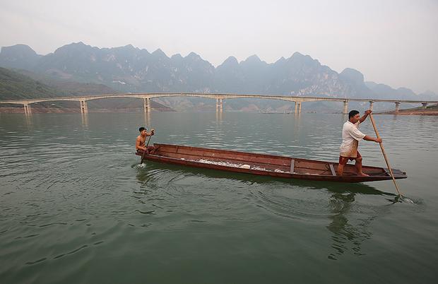 Sáng sớm, những chiếc thuyền chở cá tép dầu đánh bắt trên sông Đà tập trung ở chân cầu Pá Uôn, xã Chiềng Ơn (Quỳnh Nhai, Sơn La) để bán cho những đầu mối thu mua về làm cá khô. Đây là món ăn đặc trưng của đồng bào người Thái vùng sông nước.
