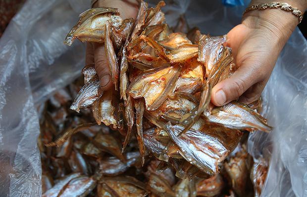 """Cứ 5 kg cá tươi chế biến được một kg cá khô. """"Với cách chế biến tép dầu khô đặc trưng của vùng đất này, người thưởng thức sẽ thích thú bởi hương thơm, độ ngậy, vị ngọt, cay… đan xen trong những thớ thịt trắng ngần của cá"""", Mề Thị Duyên xã Chiềng Bằng nói."""