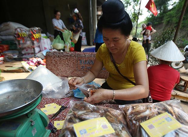 Cá tép dầu khô được coi là đặc sản huyện Quỳnh Nhai, giá bán 180.000 đồng/kg. Nghề làm cá khô mang lại thu nhập ổn định cho các hộ dân kể từ khi họ di dời để tích nước cho thủy điện Sơn La.