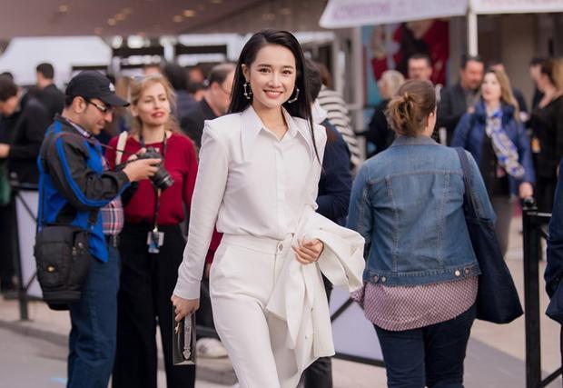 Trở về từ Cannes, Nhã Phương rạng rỡ đón tuổi mới bên hội bạn thắm sang
