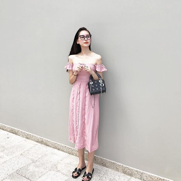 Dép lê bình dị phối với túi Dior cùng váy trễ vai hồng cũng hoàn toàn phù hợp.