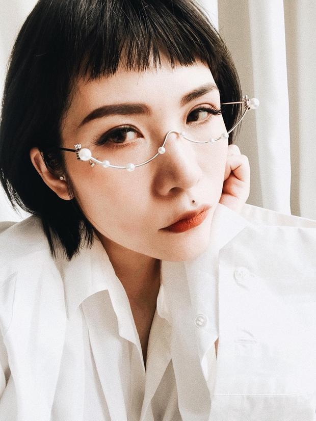 Beauty blogger Lâm Thúy Nhàn cũng không nằm ngoài vòng xoáy thời trang, cô nhanh tay sắm ngay cho mình chiếc kính độc dị này.