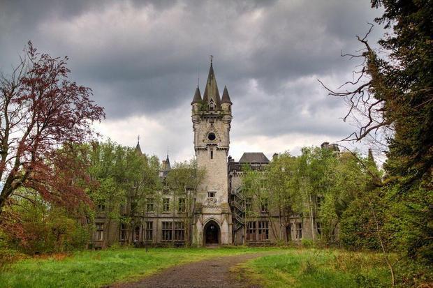 """Lâu đài Miranda, Scotland, Vương Quốc Anhđược xây dựng từ thế kỷ 19 theo phong cách kiến trúc """"tân Gothic"""". Trước đây, các gia đình thường tới đây nghỉ hè, quân đội Đức chiếm tòa lâu đài trong thời kỳ Thế chiến II. Miranda bị bỏ hoang từ năm 1991 sau khi thương vụ bán lâu đài để biến thành khách sạn không thành."""