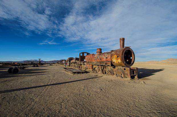 """Great Train Graveyard, Bolivia được gọi là """"nghĩa địa"""" tàu hỏa, nằm ở ngoại ô thành phố Uyuni. Những tàu hỏa ở đây được nhập từ Anh hồi thế kỷ 19. Hiện tại, đây là nơi chứa các đoàn tàu cũ của Bolivia. Địa danh này thu hút khách du lịch khám phá lịch sử."""