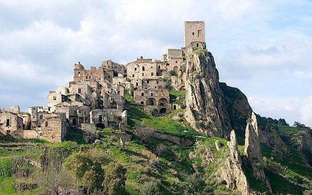 Làng Cracao là thị trấn thuộc vùngBasilicata miền nam Italy. Thị trấn cổ đã bị bỏ hoang do thiên tai. Rất nhiều trận lở đất cũng như lũ lụt đã xảy ra ở đây và cuối cùng, thị trấn đã bị bỏ hoang sau trận động đất vào năm 1980. Hiện tại, Craco là điểm du lịch và quay phim nổi tiếng.