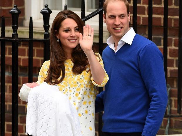 """Chiếc váy ren Charlotte mặc khi được cha mẹ giới thiệu với thế giới nhanh chóng """"cháy hàng"""" sau đó ít giờ. Ảnh: Getty"""
