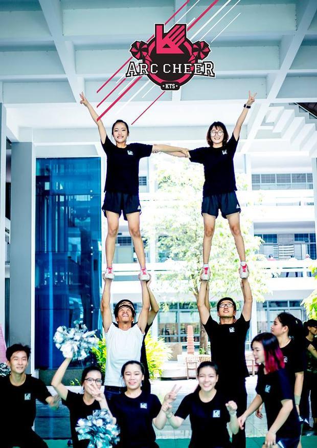 Các thành viên phối hợp nhịp nhàng để tạo nên những tháp người vững đẹp.