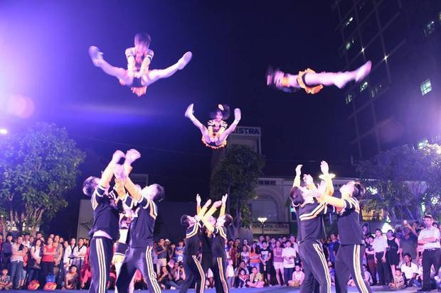 Các màn tung hứng của các thành viên CLB không kém vũ công chuyên nghiệp nào.