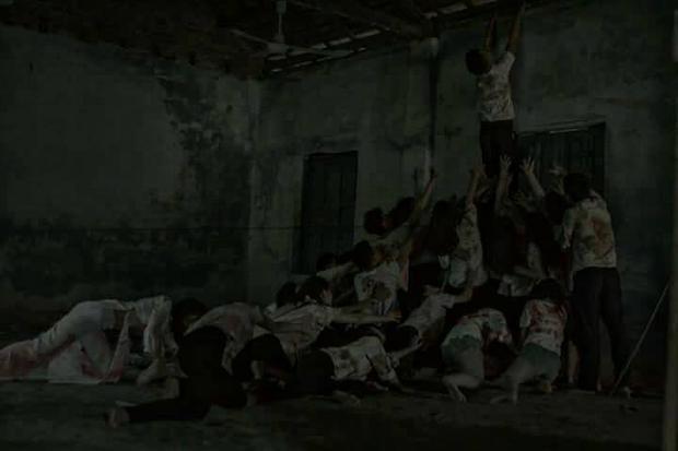 Bộ ảnh dùng tone màu u ám như trong phim kinh dị.