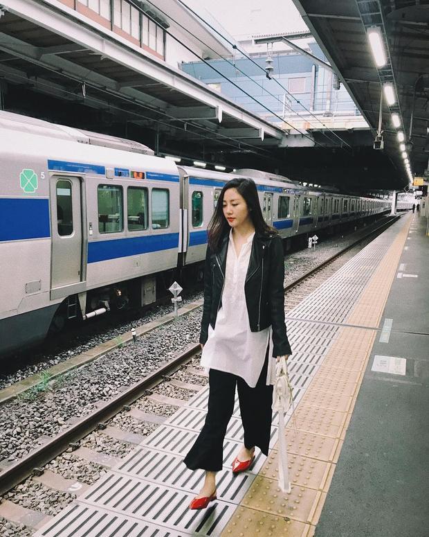Áo sơ-mi vạt dài xẻ tà hai bên mix cùng quần ống loe và áo khoác da là cách Văn Mai Hương trở nên chất, ngầu hết mức trên đường phố Nhật Bản.