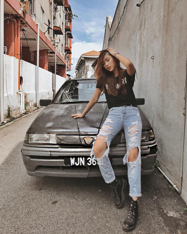 """Đồng Ánh Quỳnh tiếp tục theo đuổi phong cách cá tính cùng combo áo phông basic và quần jeans rách. Chiếc quần được xé rách, """"trống trải"""" hết cỡ tạo thành điểm nhấn bắt mắt, tăng độ chất chơi cho người đẹp The Face."""