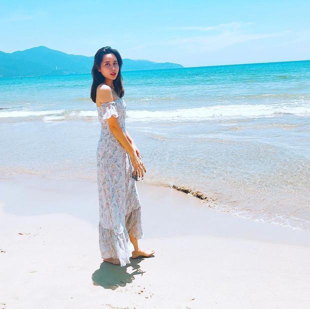 """Lưu Thiên Hương """"chống chọi"""" với cái nắng mùa hè khi thả dáng trên bãi biển cùng đầm maxi bay bổng."""