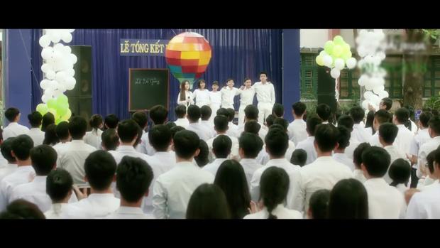 Phân cảnh đám học trò nghẹn ngào đồng ca, thả điều ước và khinh khí cầu khiến người xem như được du hành thời gian, trở về ngày chia tay năm nào.