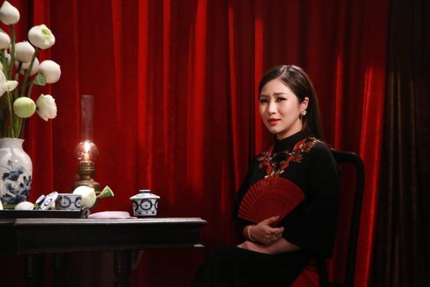 Hương Tràm chia sẻ bản thân cô đã phải uống vài ly rượu vang, đọc vài cuốn sách để khơi dậy cảm xúc chân thật nhất.