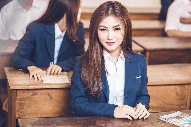 Hương Tràm xinh đẹp trong bộ đồng phục học sinh cấp 3.