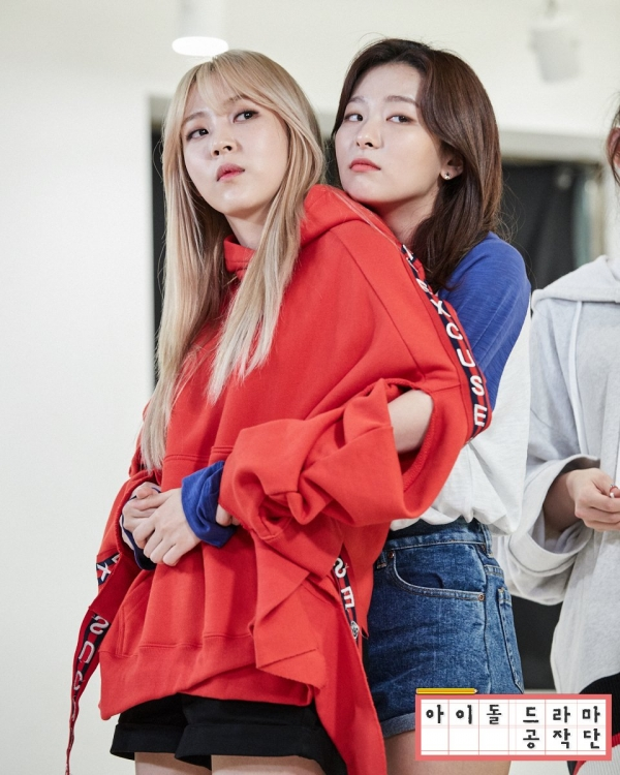 Được biết cả hai thân thiết với nhau sau khi cùng tham gia một chương trình thực tế vào năm ngoái. Thế nên, sự kết hợp đặc biệt của đôi bạn thân này đã khiến cho cộng đồng fan hai nhóm Red Velvet và Mamamoo phấn khích hơn bao giờ hết. Đặc biệt, cả Moonbyul lẫn Seulgi đều được đánh giá là hai giọng ca tài năng của Kpop nên màn song ca này rất đáng để kì vọng.