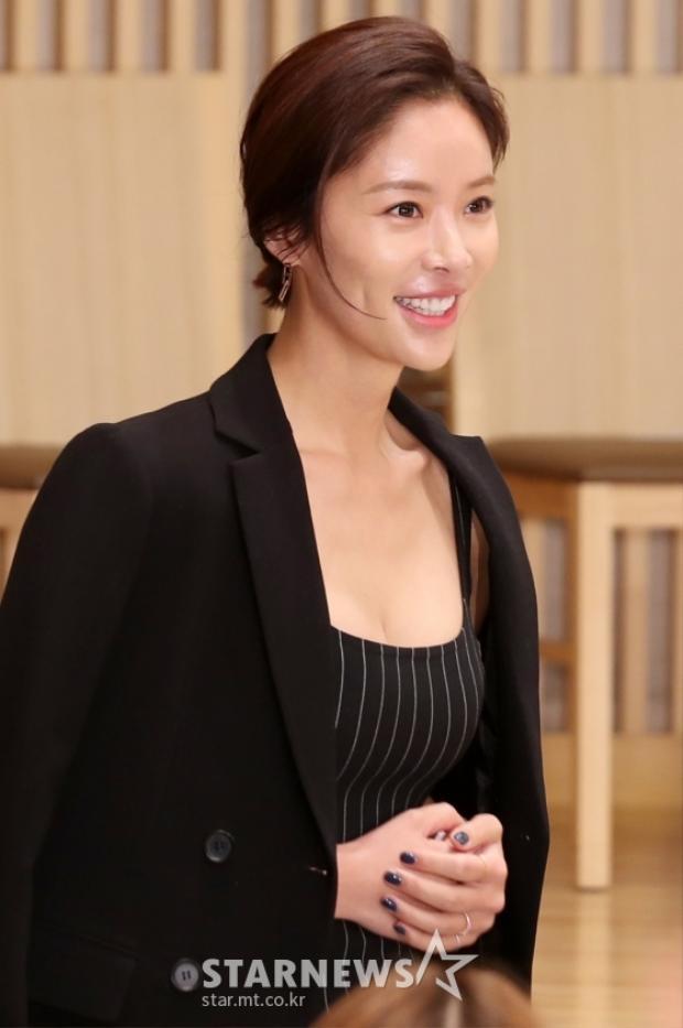 Mẹ một con Hwang Jung Eum khoe dáng chuẩn cạnh Nam Goong Min và Choi Tae Joon