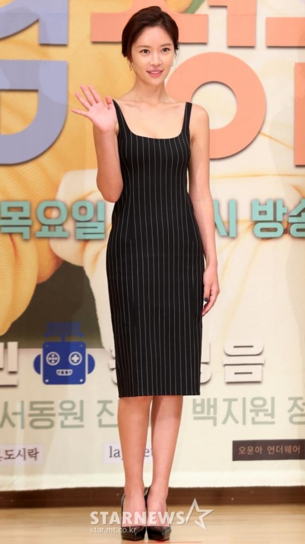"""Ngưỡng mộ vóc dáng chuẩn, xinh xắn của diễn viên """"Gia đình là số một"""" - Hwang Jung Eum sau khi lấy chồng và sinh con."""