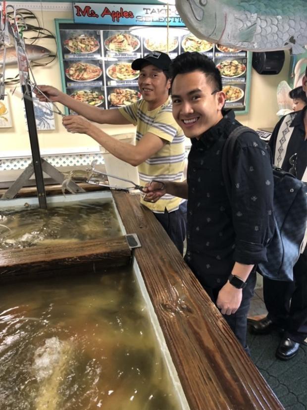 Con trai hot boy Hoài Linh khoe ảnh đi ăn cùng bố trong dịp danh hài về Mỹ