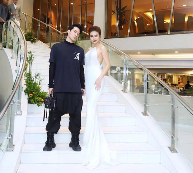 """""""Cha đẻ"""" của thiết kế trên không ai khác đó là nhà tạo mốt Lý Quí Khánh. Anh thường xuyên hợp tác váy áo với nàng á hậu mỗi khi cô dự sự kiện."""