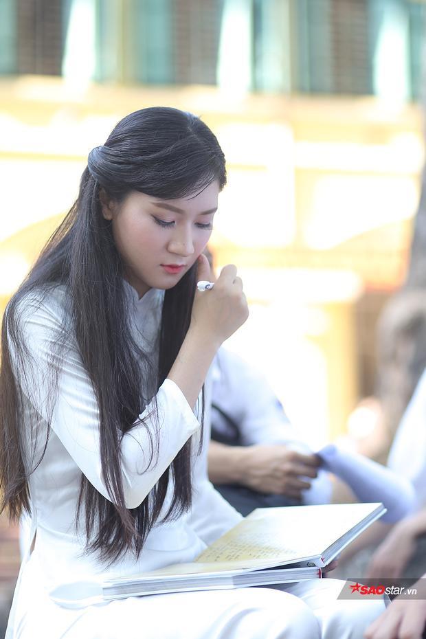 Khoảnh khắc cô bạn ngồi viết lưu bút cũng khiến nhiều người thổn thức.