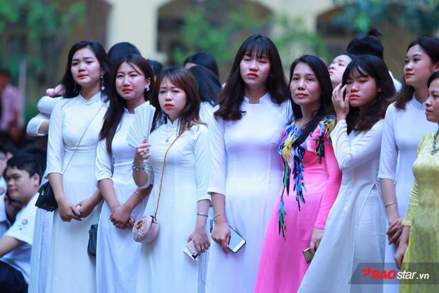 Tà áo dài trắng khiến nữ sinh dịu dàng và cuốn hút hơn.