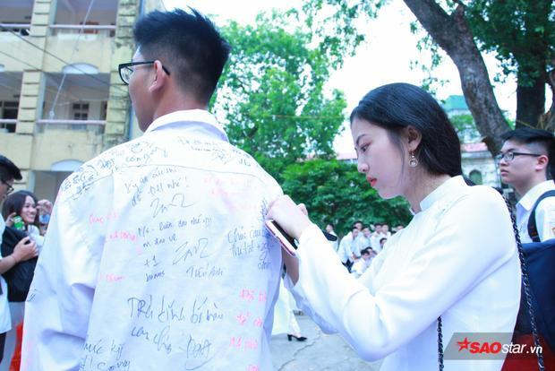 Góc nghiêng thần thánh của cô bạn khi đang viết lời chúc lên áo của bạn nam cùng lớp.