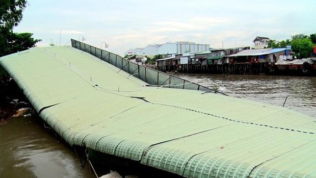 Cửa hàng xăng dầu của ông Lý Thanh Minh lọt thỏm xuống sông