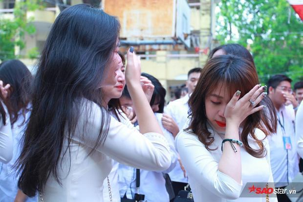 Nước mắt lã chã trên gương mặt các bạn học sinh cuối cấp. Dù đã cố che giấu vẫn không thể nào ngừng khóc.