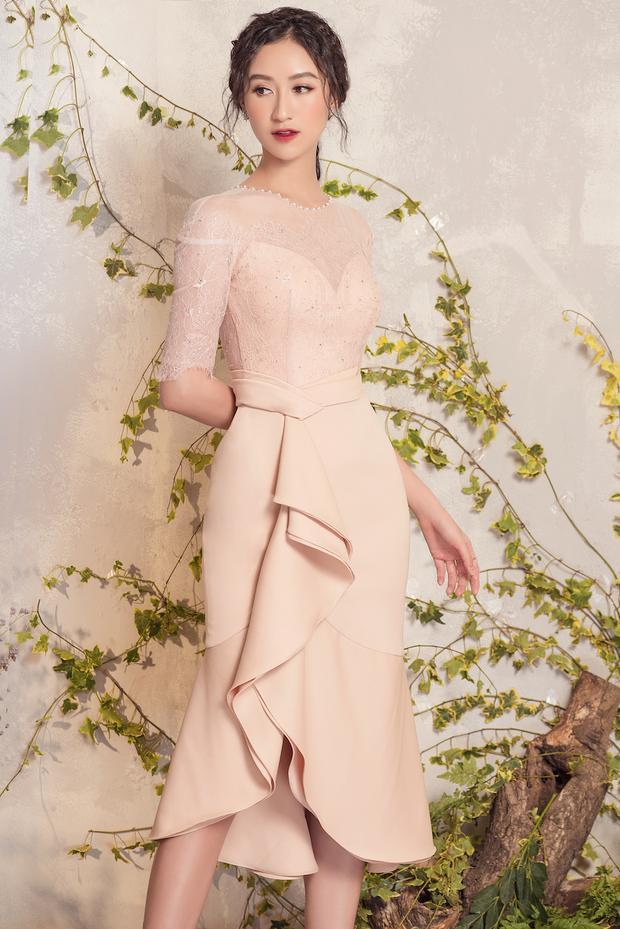 Ngoài hai màu sắc chủ đạo là trắng và đen, tông màu pastel được Đỗ Long tận dụng triệt để nhằm tôn lên vẻ đẹp dịu dàng, nữ tính của người mặc.