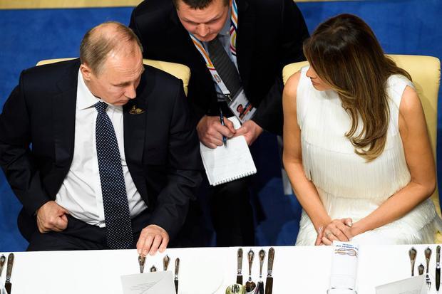 Bức ảnh về cuộc trò chuyện giữa bà Melania với Tổng thống Nga Putin làm dấy lên nhiều đồn đoán. Ảnh: Getty