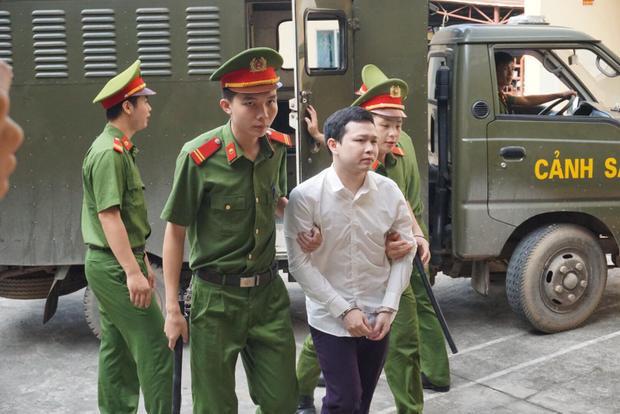 Bị cáo Sơn được dẫn giải đến tòa.